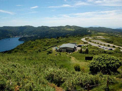 山伏峠展望台から芦ノ湖とスカイラインを見下ろす