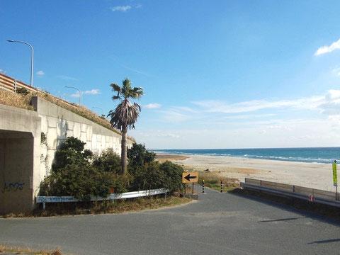 潮見バイパスの高架下を潜って白須賀海岸へ