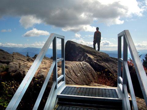 しっかりした階段があって登りやすい物見岩