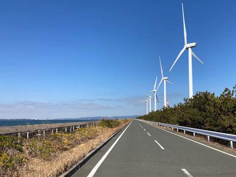 通称・エグザイル風車と呼ばれる5連風車と直線道路