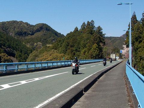 寒狭峡大橋で豊川を渡れば長篠堰堤はすぐそこ