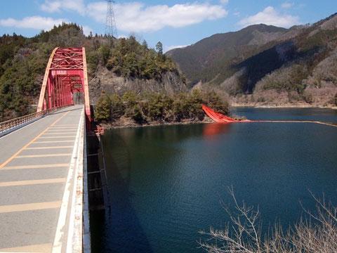 これから新緑の季節を迎える奥矢作湖