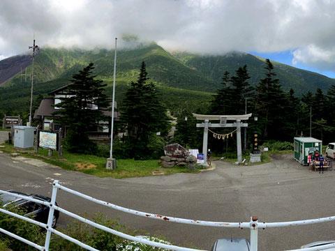 御嶽神社の鳥居が登山道の入口。田の原駐車場で