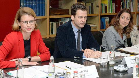 Laura Tilly, Oliver Bierhoff und Aydan Özoguz bei der Jurysitzung