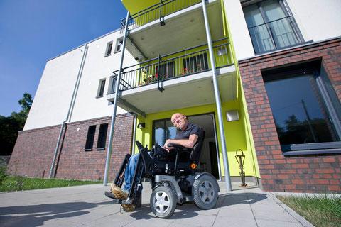 Wolfgang Pohl lebt im Appartementhaus der Diakonie Ruhr in Bochum-Weitmar – mitten im Stadtteil (Foto: Hanjo Schumacher).