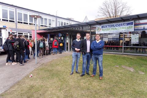 die drei Organisatoren: Niels Kohlhaase (JU), Alexander Krause (JU) und Achim Biesenbach (SJR) vor der Halepaghen-Schule - Foto: Kraushaar