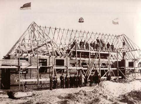 Richtfeier am ersten speziellen Gemeindehaus für Sasel 1927, mit prominenten Ehrengästen, Handwerksmeistern und den Gesellen auf dem Dachgerüst. Der Bau war der Auftakt zur Neugestaltung des Marktplatzes.