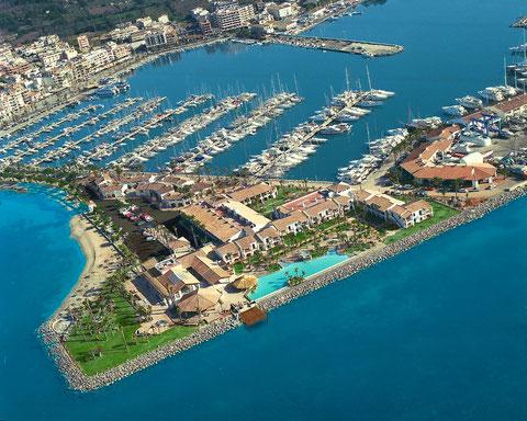 Vorn erkennst Du den über 30 Meter langen Hotelpool, dahinter den Jachthafen und links den beginnenden Strand von Alcudia.