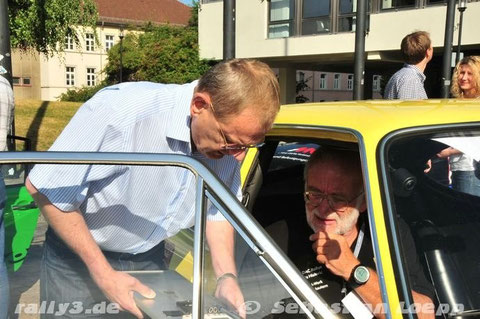 Zwei Deutsche Rallye-Meister beim fachsimpeln, Klaus Hopfe mit Wulf Biebinger. (Foto: Sebastian Loepp)