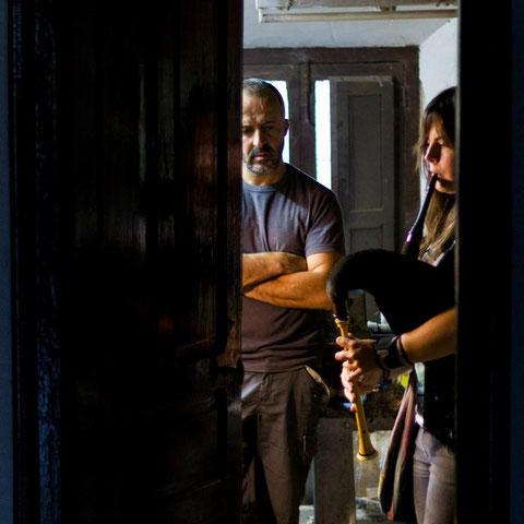 Andrea probando una gaita nel taller de David López, en Sopeña de Cabuérniga (Semeya: Borja Cayado)