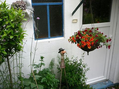 Bepflanzte Kräuter-Kübel in der Hausecke des Kräuter-Garten-Zimmers