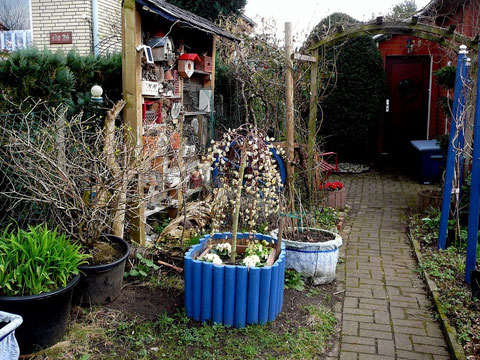 2. Hauseingang mit Insektenhotel und Kübel-Bepflanzungen