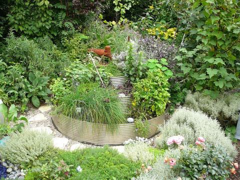 Edelstahl- Etagen- Rundbeet mit Kräutern bepflanzt