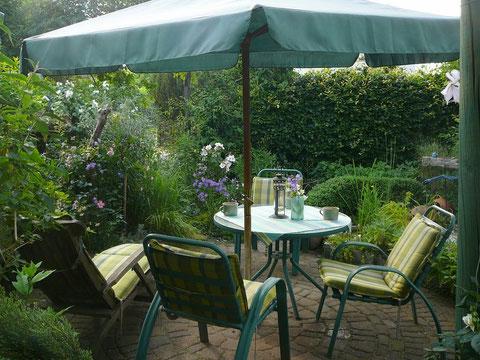 Sitzecke im mediterranen Gartenzimmer