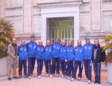 Gli atleti di Valencia con da sx il resp. Amatori Giuseppe Lograno e a dx il presidente Franco Palasciano davanti al Santuario della Madonna del Buoncammino