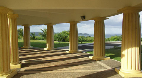 Foto: Peter R. Binter (Säulen des Kapitolkomplex' in Melekeok, Republik Palau)