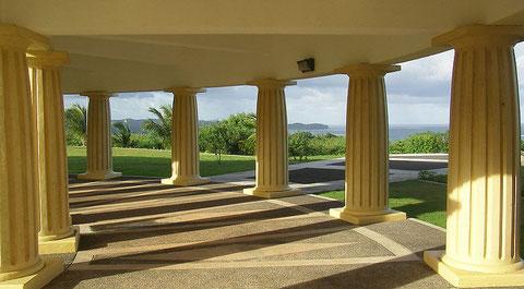 Foto: Peter R. Binter (Säulen des Kapitolkomplex' in Melekeok, Republik Palau), Creative Commons License