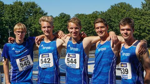 Zusammen mit U18-Athlet Jan Siebert (links) liefen Henry Vißer, Michel Boeck, Malte Stockhausen und Simon Heweling (v.l.) Saisonbestzeit (42,08 sec.) über die 4x100m. (Foto: Roman Buhl)