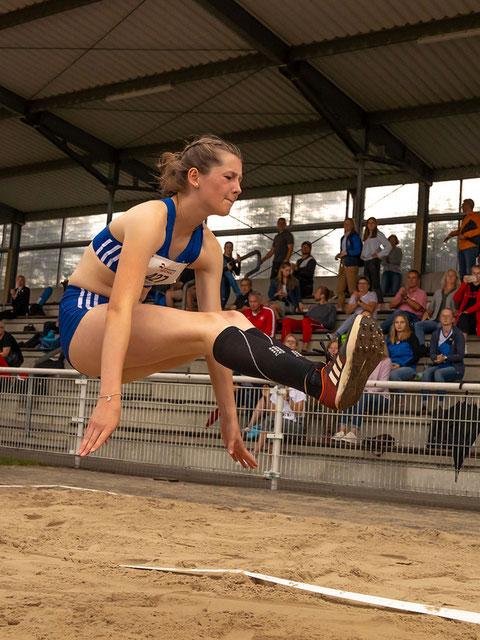 Enie Dangelmaier zeigt das Trainingsprogramm Sprung für Zuhause.