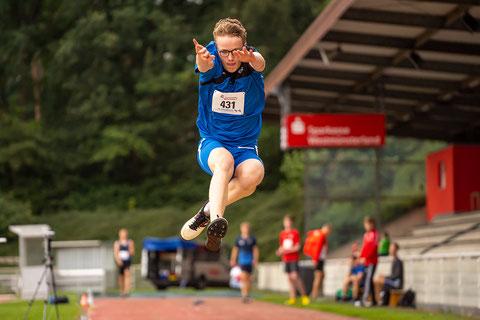 Niklas Venhues sicherte sich mit 5,91 m Gold im Weitsprung der M15. (Foto: Christian Dangelmaier)