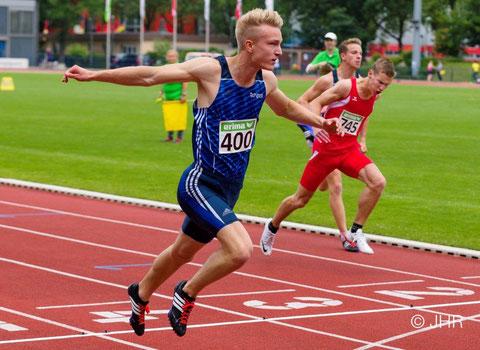 Henry Vißer (Start-Nr. 400) holt Silber im 100-m-Sprint in 11,01 Sekunden. Michel Boeck (hinten) läuft in persönlicher Bestzeit von 11,47 Sekunden auf Rang sechs. (Foto: Jan-Hendrik Ridder)