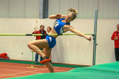 Neuzugang Laura Wienen holt mit 1,52m den Titel im Hochsprung der Frauen. (Foto: Simon Heweling)