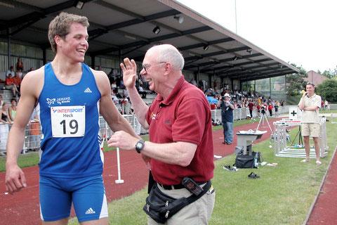 Das Foto zeigt Daniel und Mecky bei Daniels erstem 200-m-Lauf unter 21 Sekunden. Beim 36. Internationalen sprintete Daniel in 20,86 Sekunden durchs Ziel. Im selben Jahr errang er drei Deutsche Jugendmeistertitel und zwei Junioren Europameistertitel!