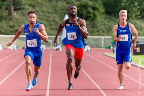 Das Foto von Jan-Hendrik Ridder zeigt das Finish im 100-m-Finale der Männer mit u.a. dem Deutschen 200m-Hallenmeister 2018, Steven Müller (links) und dem LAZ-Ass Henry Vißer (rechts).