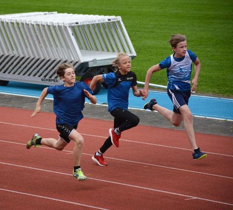 Ivan Svalov (Mitte) stürmte seinen Konkurrenten im 800-m-Lauf davon.