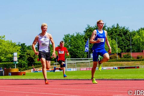 Jan Siebert (im blauen LAZ-Trikot) mischt mit seiner Saisonbestzeit von 56,05 Sekunden über 400m Hürden der U18 ganz vorne mit. (Archivfoto: Jan-David Ridder)