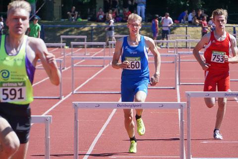 Jan Siebert (Mitte) sorgte mit seinem NRW-Titel über die 400m Hürden für eine tolle Überraschung. (Foto: Roman Buhl)