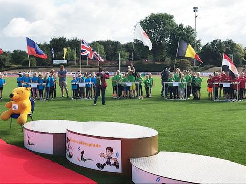 Das Foto von G. Kohlruss zeigt die Mannschaften bei der Begrüßung.