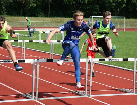 Gerrit Vißer (Bildmitte) war über die 80m Hürden der M15 eine Klasse für sich. Er siegte in starken 12,19 Sekunden.