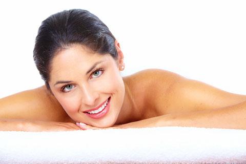 entspannendes Lächeln einer Frau nach einer Qualitäts-Massage mit Bestpreis