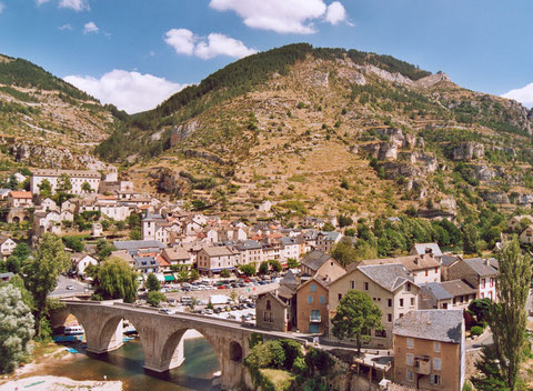 Der Ort Sainte-Enimie in der Tarnschlucht (Von Calips (Patrick Giraud))