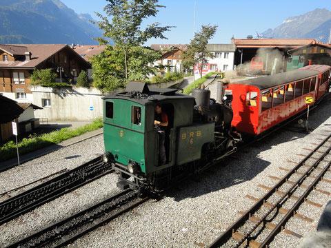 Lok 6 mit den Vorstellwagen B16 und B26 in Brienz
