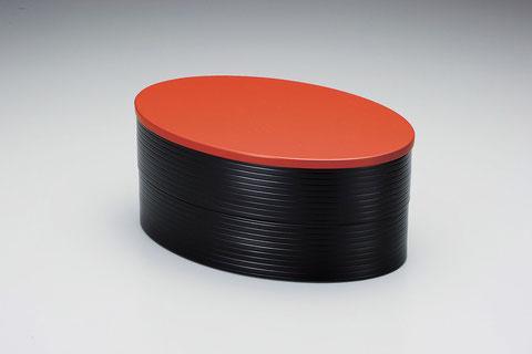 ラグビーボールのような形をした二段弁当です 小重としても充分な容量です