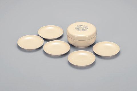 白に春秋を銀色でほどこしモダンでカジュアルにしあげました 本体は小皿5枚収納できミニ菓子器としても活用できます