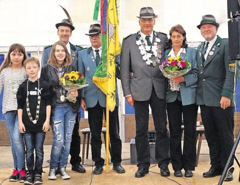 Die neue Königsfamilie sowie die beiden geehrten Schützen des Schützenvereins Westersode. Foto: Schützenverein Westersode