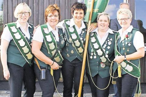 Das Damen-Quintett von Cadenberge-Langenstraße verteidigte erfolgreich das Banner. Foto: Jäger