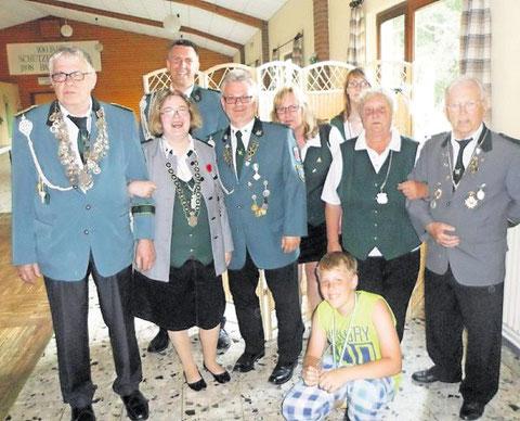 Die neue Königsfamilie der Basbecker Schützen,inder Präsident Horst Unglaube als König vertreten ist. Foto: red