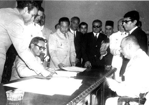 Acto de la firma del traspaso de poderes de España a Marruecos.