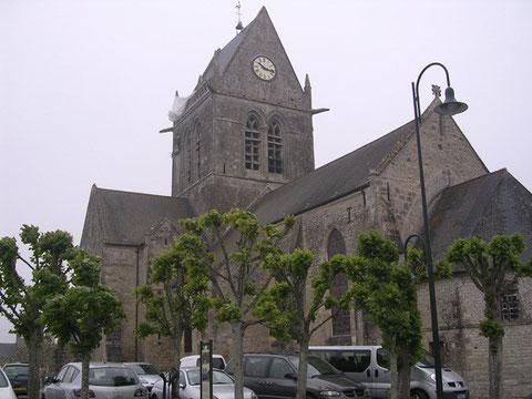 Die berühmte, kleine, alte Kirche von St-Mere-Eglise, wie vieles im Ort noch erhalten, wie von vor 60 Jahren.