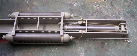 Die Katapultvorrichtung von unten gesehen, mit den Seilzügen und Druckluftleitungen.