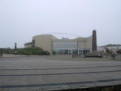 An einem grauen Junitag: das Museum am Utah Beach schmiegt sich in die Dünen des Landungsstrandes.