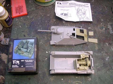 Rohbau des Dragon Hetzers (mittlere Produktionsreihe) mit dem schon eingeauten Motordeck mit den geöffneten Motorluken un d dem eingepassten Resinmotor.