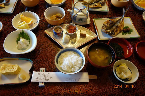 """Reichhaltiges, traditionelles japanisches Frühstück. """"Oishii so."""""""