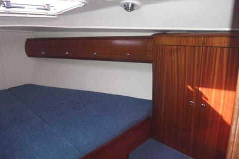 3 cabines doubles dont une cabine avant immense avec ses 2 penderies/lingères, son coffre sous siège, ses 8 équipets fermés et sa soute sous couchette.