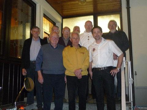 Die geehrten Hubert Penka, Hans-Jürgen Schwarzer, Alois Volk, Karl Volk, Karl-Heinz Wältermann und Herbert Wild zusammen mit dem Verbindungsstellenleiter und Mitgliedern der Vorstandschaft.