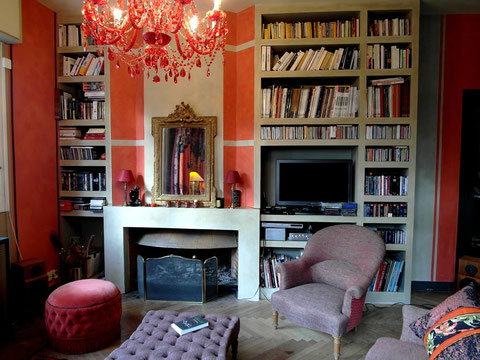 bibliothèque et encadrement d'une cheminée